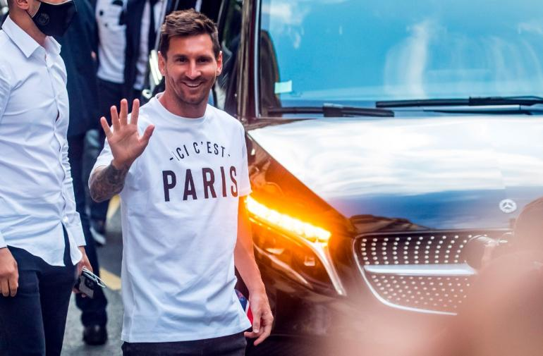 Leo Messi a su llegada a París fue recibido por hinchas