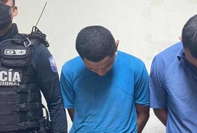 Detienen a dos sujetos que 'choreaban' cerca del Municipio de Durán
