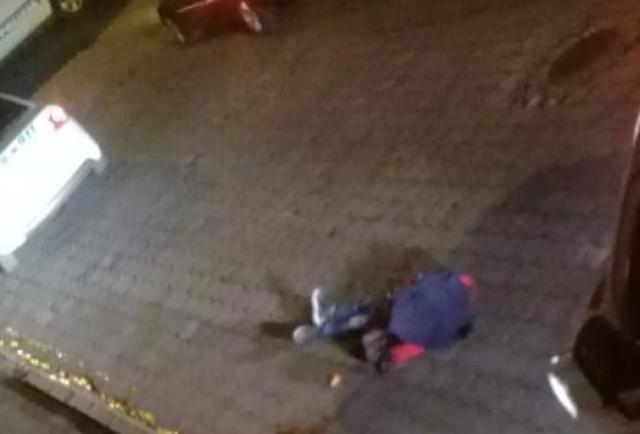 Lo dejaron 'tieso' en la calle