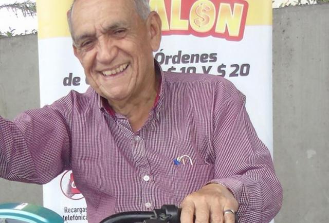 Don Antonio, otro ganador de EXTRA Regalón invita a su 'family' a subirse a su 'bici'