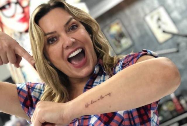 Úrsula Strenge se tatuó su frase favorita en el brazo