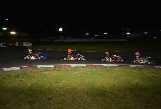 Velocidad y adrenalina en una jornada nocturna de karting